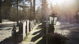 Hautalyhty pakkaskuuraisella hautausmaalla.