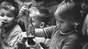 Lapset pääsivät maistelemaan Coca-Colaa 1950-luvulla.