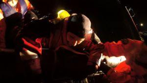 Kylmästä vedestä pelastuslautalle kiipeäminen on yllättävän vaikeaa, vaikka päällä olisi oikea pelastautumispuku.