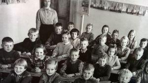 Marttilan koulun ekaluokkalaisten luokkakuva vuodelta 1955. Takana opettaja Eila Pohjonen.