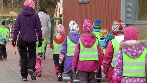 Lappeen päiväkodin lapset menossa ulkoilemaan