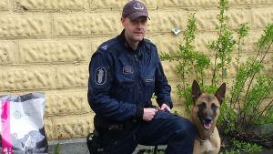 Vanhempi konstaapeli, koiraryhmän ryhmänjohtaja Markus Rauhala ja työparinsa Sapeli.