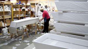 Ruumisarkkujen valmistusta Mansikkamäen ruumisarkkutehtaalla.