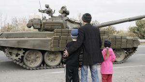 Venäjä-mielisten kapinallisten panssareita Luhanskissa
