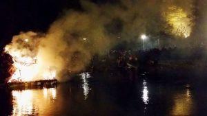 Kekripukki palaa Kajaaninjoessa 31.10.2015
