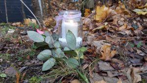 Joutsenon Rientolassa oli sytytetty kynttilä viikonloppuna surmatun tytön muistoksi.