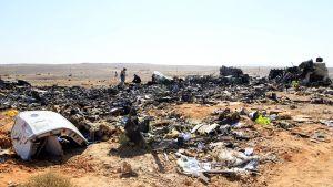 Venäläiset tutkijat tarkastavat lentoturmassa tuhoutuneen koneen osia Siinain niemimaalla.