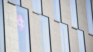 OP:n logo yhtiön uuden pääkonttorin ikkunassa Helsingissä.