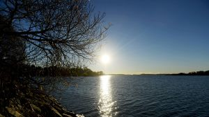 Meri kimmeltää auringossa Helsingissä 3. marraskuuta 2015.