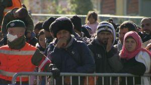 Tuhansia Itävaltaan pyrkiviä pakolaisia saapui maanantaina 2. marraskuuta Slovenian puolelta Spielfeldin raja-asemalle.