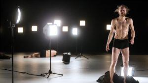 Pekka Louhio Purple Nights -tanssiteoksessa.