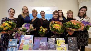 Lasten- ja nuortenkirjallisuuden Finlandia Junior -palkintoa tavoittelee kuusi teosta. Ehdokkaat (vasemmalta oikealle) Nadja Sumanen, Elina Lappalainen, Christel Rönns, Karoliina Pertamo, Tuula Kallioniemi, Mila Teräs, Veera Salmi sekä Siiri Enoranta