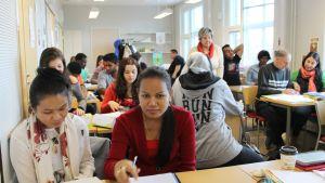 Maahanmuuttajien kielenopetus luokassa Vuolteenkadulla