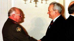 Presidentti Slobodan Milosevic kättelee Venäjän puolustusministeriä Igor Sergejeviä vuonna 1999 otetussa kuvassa.
