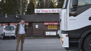 Stop & Go Grilli ulkoapäin, rekka-autojen takaa