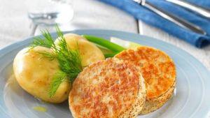 Järvikaloista tehtyjä pihvejä lautasella