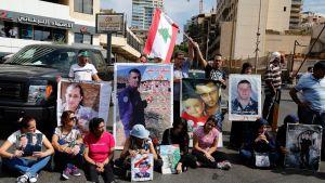 Siepattujen omaiset osoittavat mieltään. Ihmisillä on käsissään siepattujen kuvia ja Libanonin lippu.