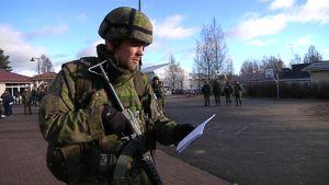 Harjoitustilanteessa reserviläiset saapuivat antamaan virka-apua vedenjakelussa Uuraisilla.