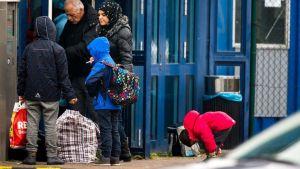Turvapaikanhakijoita Mukranin satamassa.