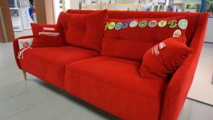 Punainen sohva kauppakeskuksen käytävällä