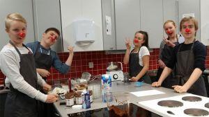 Niva-Kaijan koulun leipurit keittiössä.