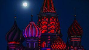 Pyhän Vasilin katedraali Moskovan Punaisella torilla. Taivaalla paistaa täysikuu.