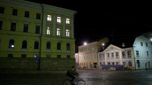 Valtiovarainministerin ja pääministerin huoneissa valtioneuvoston linnassa Helsingissä palaa valot.