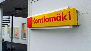 Huoltoaseman seinässä kyltti Kontiomäki.
