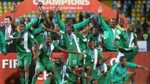 Nigerian pelaajat juhlivat mestaruutta.