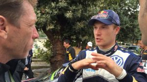 Jari-Matti Latvala selvittää asiaa viittomalla käsillään.