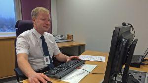 Timo Louna omassa toimistossa