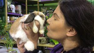 nainenpitelee pientä kania