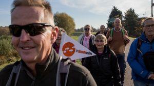 Urgenda-säätiön tukijoita viireineen ilmastomarssilla Werkendamissa Hollannissa marraskuussa.