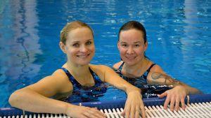 Karolina Blackburn ja Rosa Meriläinen uima-altaassa.