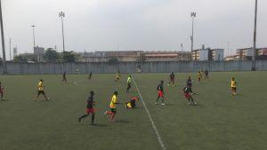 Jalkapallopeli käynnissä lagosilaisella nurmikentällä