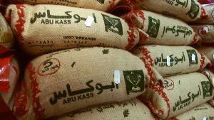 Riisisäkkejä oululaisen etnisen ruokakaupan hyllyssä