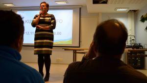 Keiteleen kunnanjohtaja Hanna Helaste puhuu kuntalaisinfossa