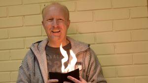 Taikuri Olli Rissanen sytytti lompakon tuleen
