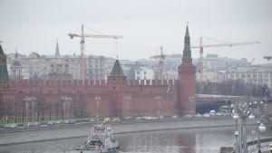 Kreml marraskuun harmaudessa.
