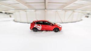 Auto ajaa Test Worldin testihallissa