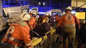 Ranskan Punainen Risti evakuoi haavoittuneita  Bataclan-konserttitalosta Pariisissa.