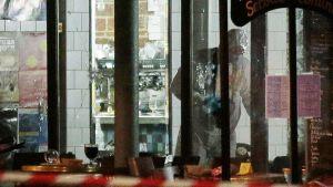 Poliisin tutkijat etsivät todisteita rue de Charonne kadun kahvilaan tehdystä iskusta.