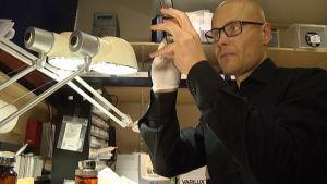 Optiikkahioja Markus Grahn viimeistelee silmälaseja