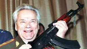 Kenraali Kalashnikov ase kädessä