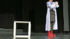 Maria Kunnari nousee lavalle Marin roolissa Reko Lundánin näytelmässä Kutsumattomia vieraita.
