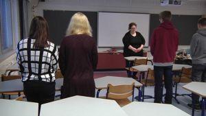 Joensuun normaalikoulun lukion ranskan kielen tunti aloitettiin hiljentymisellä.
