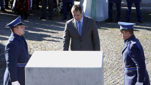 Serbian pääministeri Aleksandar Vučić laski sovinnon eleenä seppeleen Bosnian Srebrenican joukkomurhan uhrien muistomerkille 11. marraskuuta. Vučić ei ole tukenut Bosnian serbien kansanäänestyshanketta, joka uhkaa hajottaa Bosnian valtion.