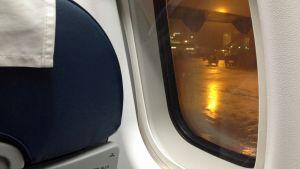 Lentokoneen ikkuna sisältä.