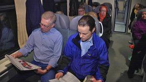 Matkustajia junanvaunussa.