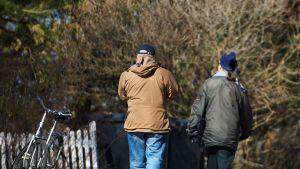Mies ja nainen kävelyllä.